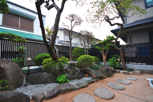 自然素材で手入れが楽な庭に – 大阪府箕面市 K様邸