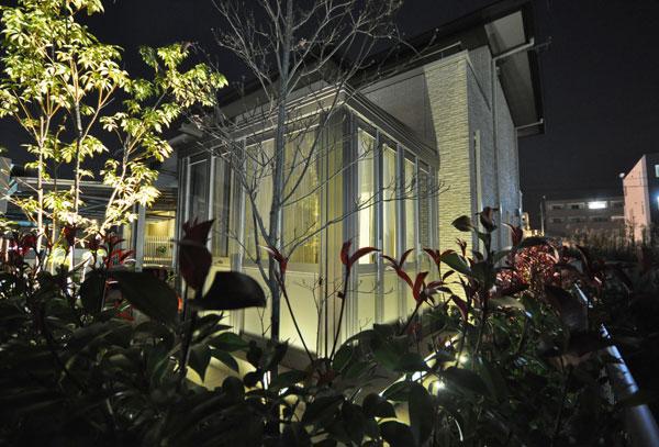 光で浮かび上がるガーデンルーム – 大阪府箕面市 W様邸