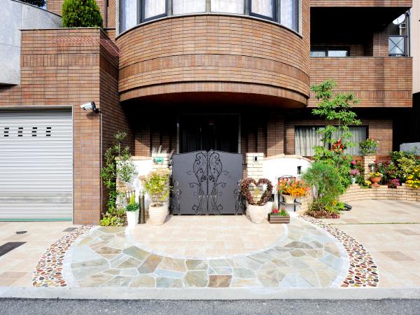 閉鎖的から開放的へ「かわいさ」を取り入れたクローズ外構 – 大阪府大阪市 N様邸