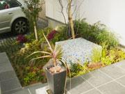 緑いっぱいのエントランス – 大阪府大阪市 O様邸の詳細はこちら