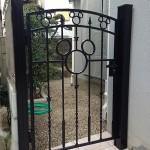 お庭との仕切りとしてディズニーシリーズ門扉