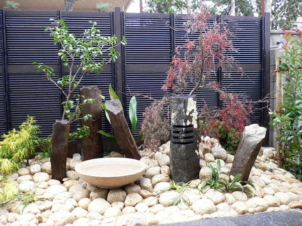コンクリート打ち放しにあう坪庭の作庭 – 大阪府豊中市 J様邸