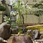つくばいには鞍馬石を用いて、周りは太閤石を使用しました。