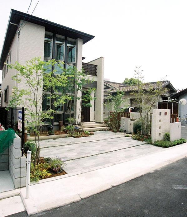 ナチュラル素材でシンプルに仕上げたアプローチ – 大阪府堺市 I様邸