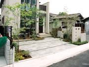 ナチュラル素材でシンプルに仕上げたアプローチ – 大阪府堺市 I様邸の詳細はこちら