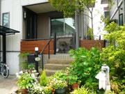 緑に映える TOEXデザイナーズパーツ – 大阪府堺市 N様邸の詳細はこちら