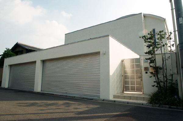 白い家にあう4台駐車とシンプルモダン外構 – 大阪府堺市 O様邸