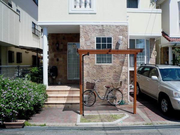 建物と調和した 自転車置き場 – 大阪府堺市 T様邸
