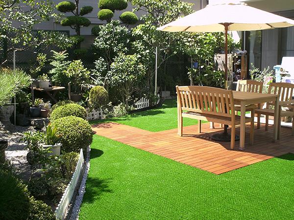 雨上がりでもお庭で過ごせる人工芝のお庭 – 大阪府吹田市 A様邸