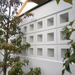 高さのある塀にはスクリーンブロックを入れ、重くならないように配慮。