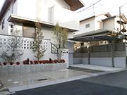 赤いポストがアクセントのスタイリッシュな外構 – 大阪府吹田市 S様邸の詳細はこちら