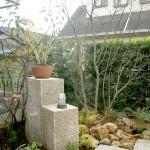 花台、照明が付くモザイクタイル貼りの角柱