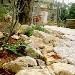 植栽の周りにはゴロタ石で演出