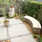 レンガ、石材で造られたベンチ