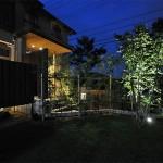 お庭部分は1ヶ所スポットライトで 浴室から見えるモミジにもスポットライトを:夜