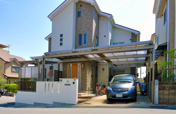 駐車場から玄関へと屋根でつながる便利なアプローチ – 大阪府高槻市 M様邸