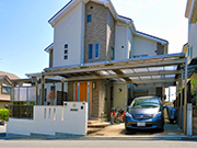 駐車場から玄関へと屋根でつながる便利なアプローチ – 大阪府高槻市 M様邸の詳細はこちら