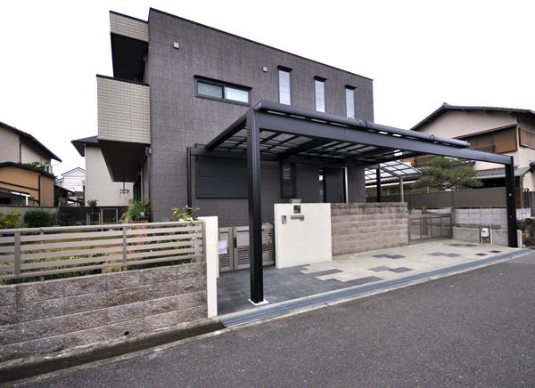 駐車場と玄関を結ぶ雨に濡れないアプローチ – 大阪府高槻市 S様邸