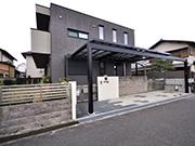 駐車場と玄関を結ぶ雨に濡れないアプローチ – 大阪府高槻市 S様邸の詳細はこちら