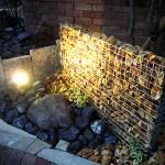 夜間、照明を当てると石の陰影が素敵です。