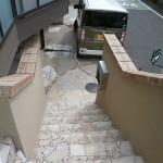 階段は高圧洗浄をし、汚れを落としました