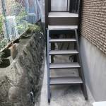 犬走りスペースへの階段