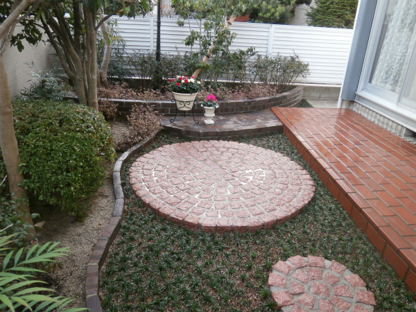 外で過ごすのが楽しみな庭 – 大阪府吹田市 K様邸