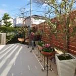 お花や植木を飾れば室内からの眺めも良くなります