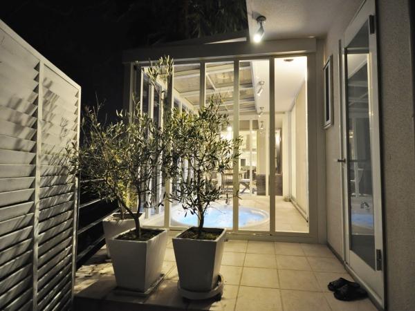 施工後(夜):景色を楽しむリゾートガーデン - 豊中市Y様邸