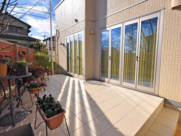 目隠しフェンスとタイルテラスで居心地の良いお庭に – 大阪府豊中市A様邸