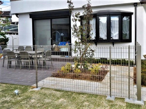 ワンちゃんが走りまわれるお庭と駐車場から雨に濡れないアプローチ – 大阪府豊中市 K様邸
