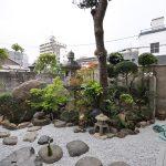 施工後:依存の石を使い飛び石に。明るい空間になりました。