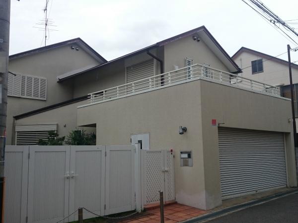 外壁塗装で明るくなった建物まわり - 大阪府豊中市M様邸の施工前
