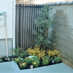 高さのあるフェンスの前には植栽することでファサードの印象をナチュラルに