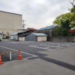 駐車場スペースは白線と車止めを設置