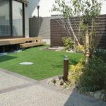 人工芝のお庭。お子様たちが遊びやすいような工夫が詰まっています。