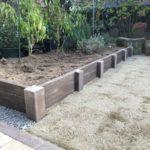 菜園スペースの見切りはコンクリート製の枕木