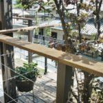 アルミの柱と天然木の笠木がおしゃれな手摺