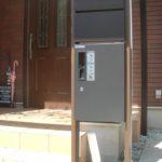 以前はポストのみでしたが、ポストと宅配ボックスを合わせた機能門柱に変えました。