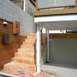 石貼りから続くテラコッタ調タイルの階段