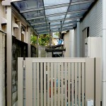 目隠し効果のある門扉で、安全を確保。屋根のお蔭で雨の日も安心です。