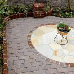 お庭のシンボルでもあるレンガと乱形石のサークル