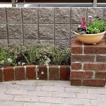 花台には季節ごとに寄せ植えしたプランターを飾れます