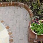サークルと合わせて花壇も曲線でデザイン
