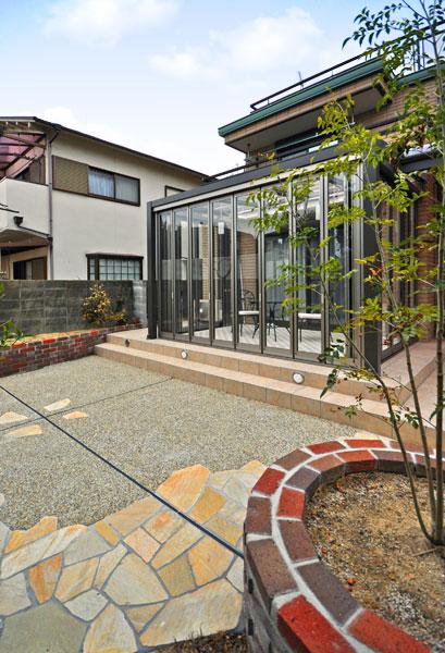 ガーデンルームで家族が集う庭に変化 – 大阪府豊中市 K様邸