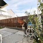 施工後:目隠しフェンスを設置し、花壇と舗装スペースに分け、お子様の遊び場として人工芝スペースを設けました