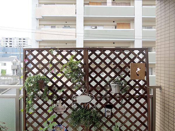 マンションのベランダに目隠しパネルを設置 – 大阪府豊中市 M様邸の施工前