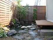 デッキと木製ルーバーのマッチング・池もある – 大阪府豊中市 M様邸の詳細はこちら
