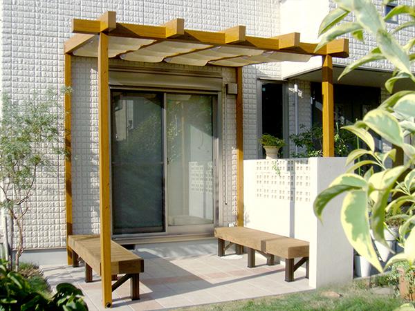 家族が憩うテラスのある庭 – 大阪府豊中市 S様邸