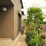 施工後:乱形石張りのお庭までのアプローチ